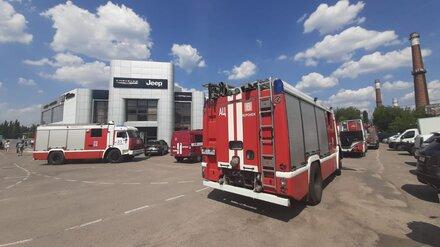 МЧС показало фото с места пожара в воронежском автосалоне