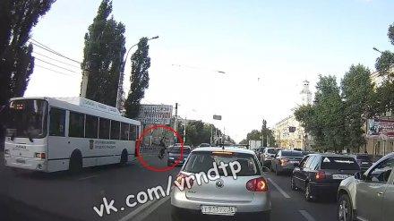 В Воронеже «ВАЗ» сбил перебегавшую дорогу девушку: её отбросило к автобусу
