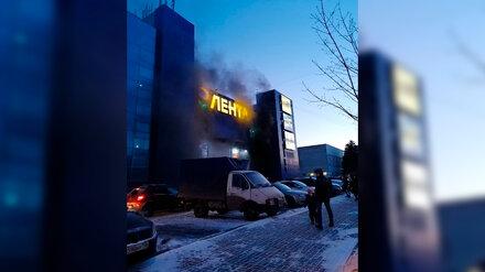 Воронежский ТЦ временно закрыли из-за пожара на парковке