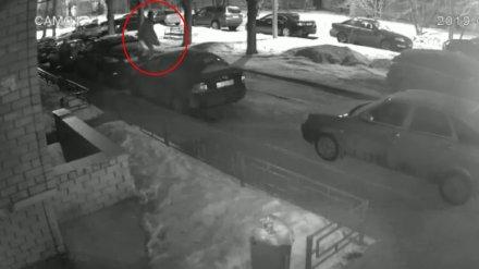 Пьяный парень устроил прыжки по машинам во дворе воронежской многоэтажки