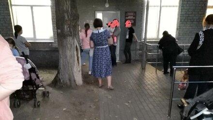 В Воронеже очередь к педиатру в детской поликлинике растянулась до улицы