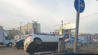 В Воронеже иномарка повисла на ограждении у торгового центра