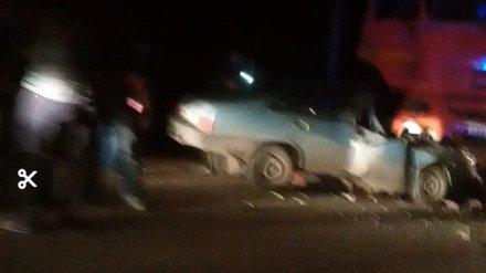 Водитель легковушки разбился в ДТП с КамАЗом в Воронежской области