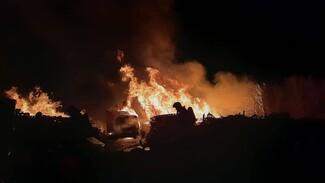 Огонь охватил несколько машин при мощном пожаре на складе в Воронеже