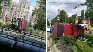 ВАЗ вылетел на пешеходный бульвар в центре Воронежа и опрокинулся