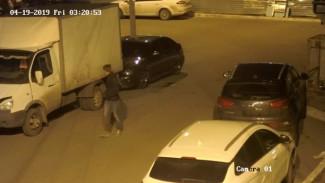 В Воронеже поджигателя авто записали камеры наблюдения