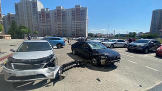 Пьяный автомобилист снёс двух пешеходов и разгромил парковку у дома в Воронеже