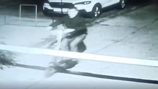 В Воронеже парень на электросамокате снёс шлагбаум: появилось видео