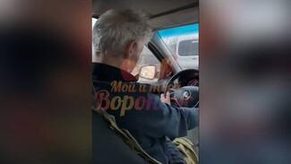 Уснувший за рулём воронежский таксист из резонансного видео умер от инсульта