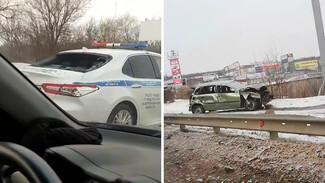 В Воронеже водитель «Лады» после ДТП влетел в заднее стекло полицейской Camry