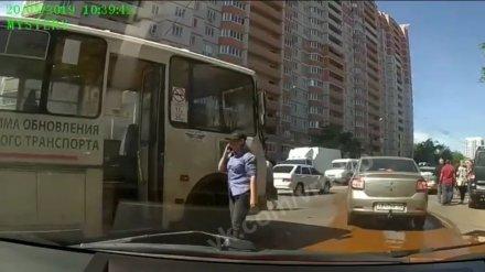 В Воронеже женщина за рулём «ПАЗа» спровоцировала ДТП: пострадала школьница