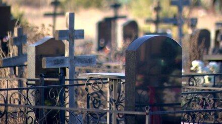 Силовики установили личность умершего на кладбище мужчины в Воронежской области