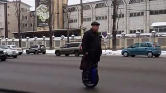 Разъезжающий по Воронежу в мороз на моноколесе дедушка попал на видео