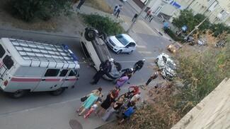 Иномарка опрокинулась на крышу после ДТП на узкой улице в Воронеже