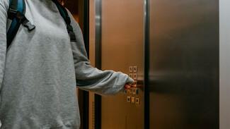 Лифты в общежитиях Воронежа начали отключать из-за массово заболевших работников