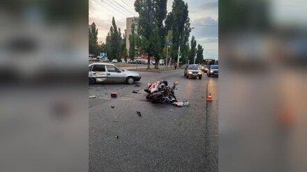 Байкер попал в больницу после ДТП с иномаркой в Воронеже