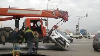 В Воронеже Lexus повис на крюке автокрана после ДТП