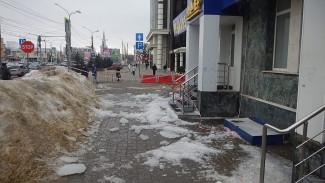 После падения глыбы льда на 18-летнюю девушку в Воронеже возбудили дело