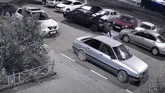 В Воронеже камеры наблюдения сняли момент наезда машины на лежавшего под ней мужчину