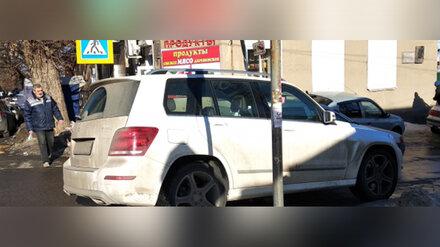 Автохама на элитной иномарке наказали за стоянку на пешеходном переходе в Воронеже