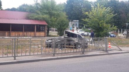 В Воронеже легковушка снесла ограждение у детской больницы