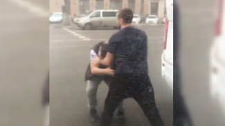 В Воронеже не поделившие дорогу маршрутчики устроили драку: появилось видео