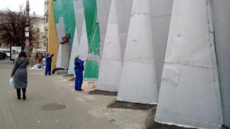 В Воронеже начали красить фасад магазина, прославившийся сходством с мавзолеем