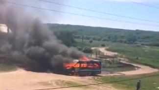 Воронежцы поделились эпичным видео горящего микроавтобуса