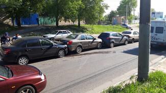 В Воронеже водитель устроил массовое ДТП, пропуская пешехода на «зебре»