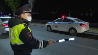 В Воронеже пойманный за тонировку водитель зажал окном руку инспектору