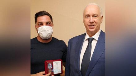 Глава СК вручил медаль заступившемуся в метро за девушку воронежцу