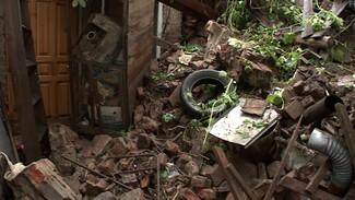 В Воронеже мощный дождь разрушил простоявшую 40 лет подпорную стену у частного дома