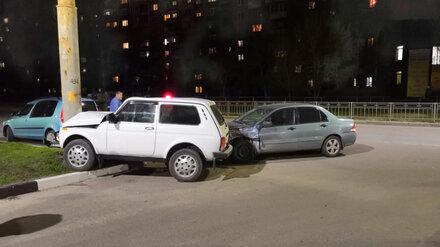 В Воронеже «Нива» врезалась в иномарку и столб: пострадала 8-летняя девочка