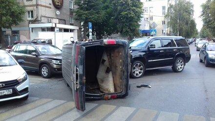 В массовом ДТП в центре Воронежа перевернулся микроавтобус: 2 человека в больнице