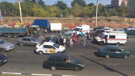 В массовом ДТП с 5 машинами в Воронеже пострадали трое взрослых и трое детей