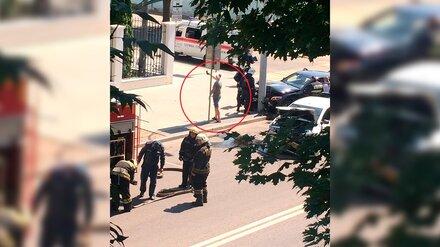 Столкнувшийся с Mercedes таксист сделал селфи на фоне аварии в центре Воронежа