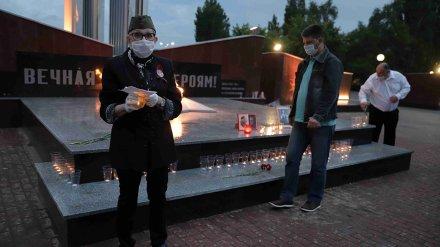 Нововоронежцы зажгли «Свечу памяти» перед главным военным мемориалом
