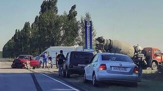 В Воронежской области водитель легковушки чудом выжил в ДТП с бетономешалкой