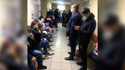 Воронежцы пожаловались на 5-часовые очереди из температурных больных в районной больнице