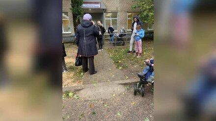 Воронежцы часами стояли под дождём в очереди в детскую поликлинику