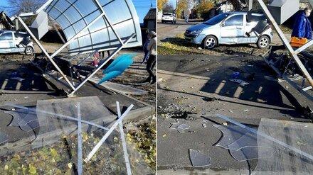 В Воронеже автомобилистка снесла остановку: один человек попал в больницу