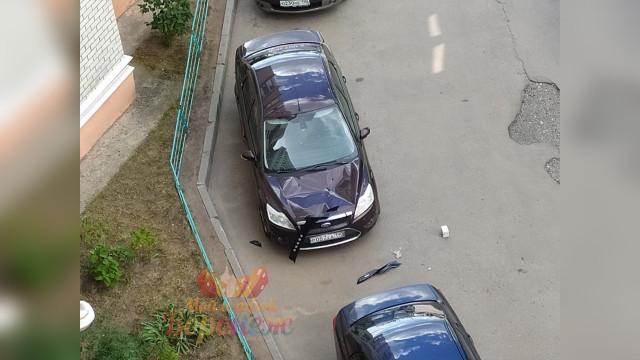 В Воронеже неизвестный бросил из окна многоэтажки кирпич на иномарку