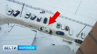 Воронежцы сняли на видео застрявшую в снегу машину «скорой»