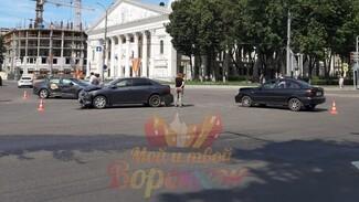 В массовом ДТП на площади Ленина в Воронеже пострадали 2 человека