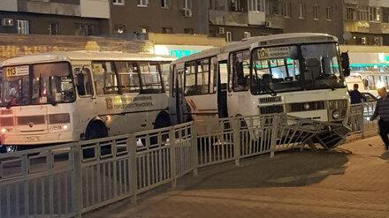 Из-за ДТП в центре Воронежа пассажирский автобус налетел на забор