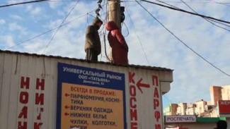 Владельцы торговых точек забрались на крыши, чтобы помешать сносу