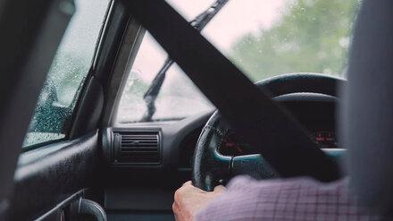 В Воронеже два парня и девушка напали на таксиста и ограбили его