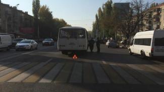 В Воронеже маршрутка на пешеходном переходе сбила парня