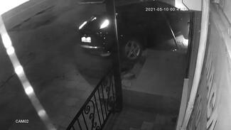 В Воронеже иномарка снесла ступеньки у магазина: появилось видео