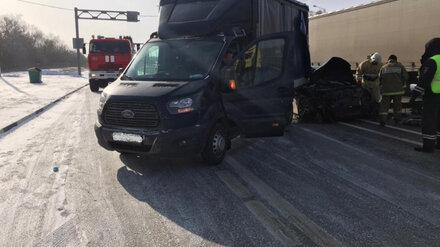 На М-4 в Воронежской области легковушка врезалась в попутный фургон